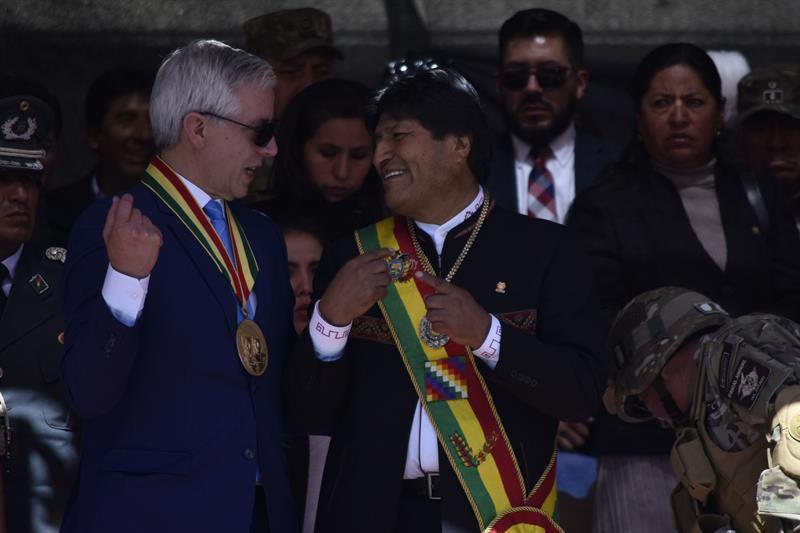 El presidente de Bolivia, Evo Morales, y el vicepresidente, Álvaro García Linera, en un acto por el 194 aniversario de las Fuerzas Armadas bolivianas, en El Alto (Bolivia). EFE/Stringer