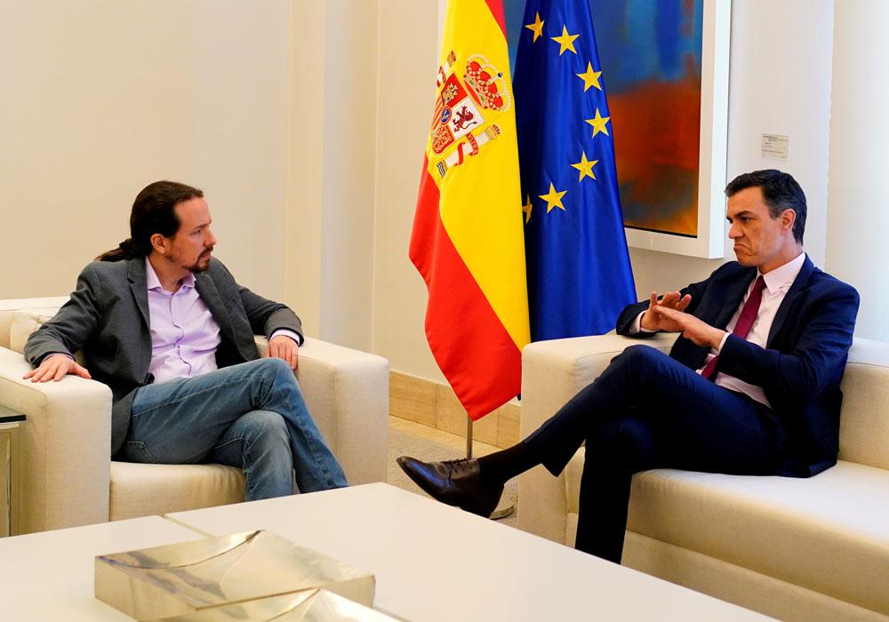 El presidente del Gobierno en funciones, Pedro Sánchez, con el líder de Unidas Podemos, Pablo Iglesias, en un encuentro en el Palacio de la Moncloa, en mayo, tras las elecciones del 28-A. REUTERS/Juan Medina