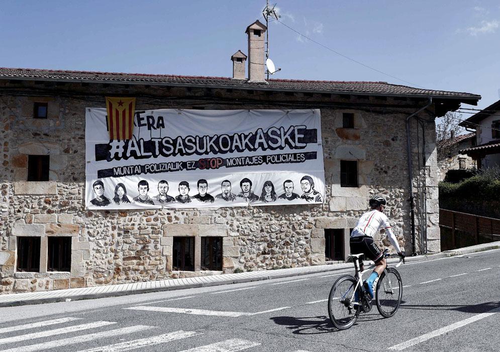 Pancarta en la localidad de Iturmendi en apoyo a los jóvenes condenados en la Audiencia Nacional tras la pelea con dos guardias civiles en Altsasu (Navarra). EFE/Jesus Diges