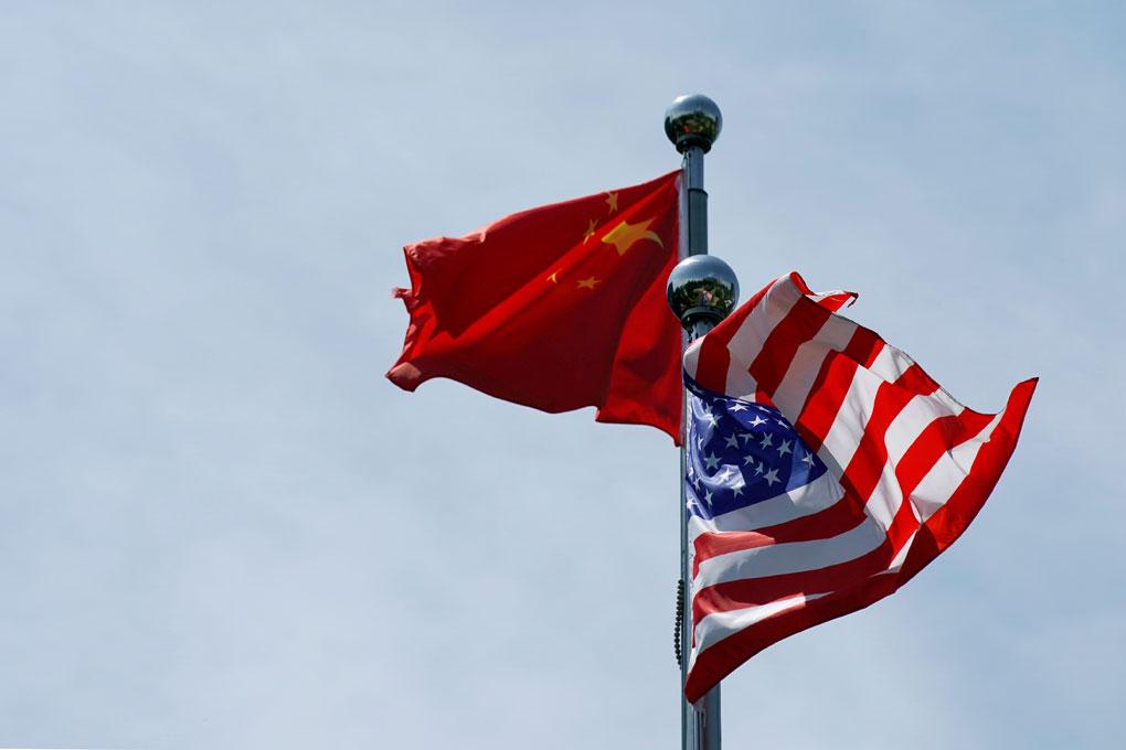 Banderas de China y de EEUU, en Shanghai. REUTERS/Aly Song