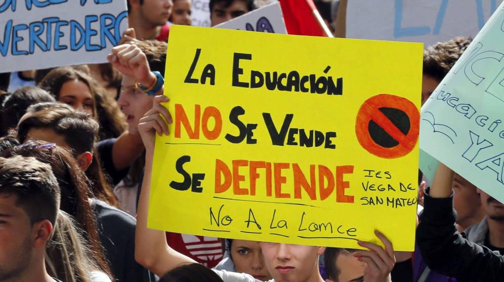 Varios jóvenes con carteles durante una manifestación contra los recortes y la Lomce. EFE