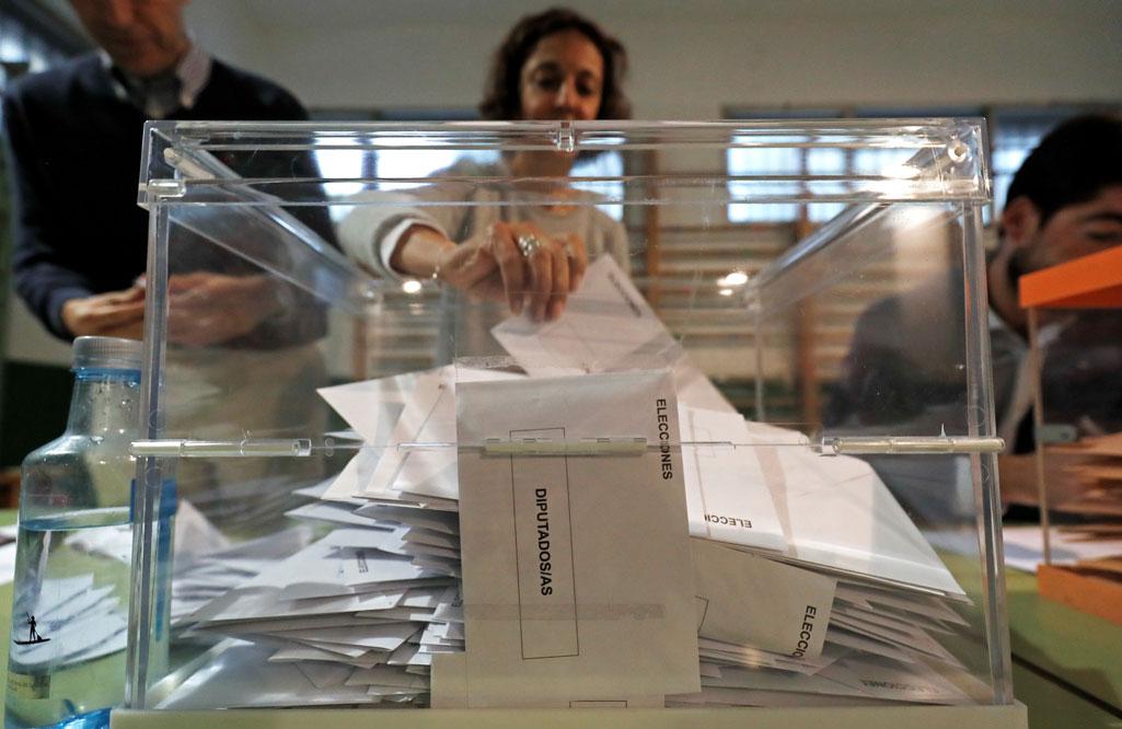 Una urna con las papeletas para el Congreso de los Diputados, en un colegio electoral de Madrid en los pasados comicios del 28-A. REUTERS/Rafael Marchante