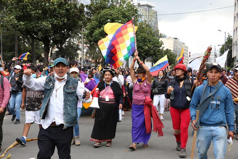 Indígenas y movimientos sociales protestan en Quito contra de los recortes decretados por el presidente de Ecuador, Lenin Moreno. EFE/ ROLANDO ENRÍQUEZ