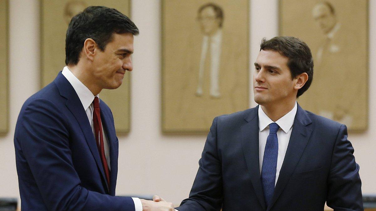 Pedro Sánchez y Albert Rivera se estrechan la mano tras la firma del acuerdo de investidura de 2015. EFE/Chema Moya