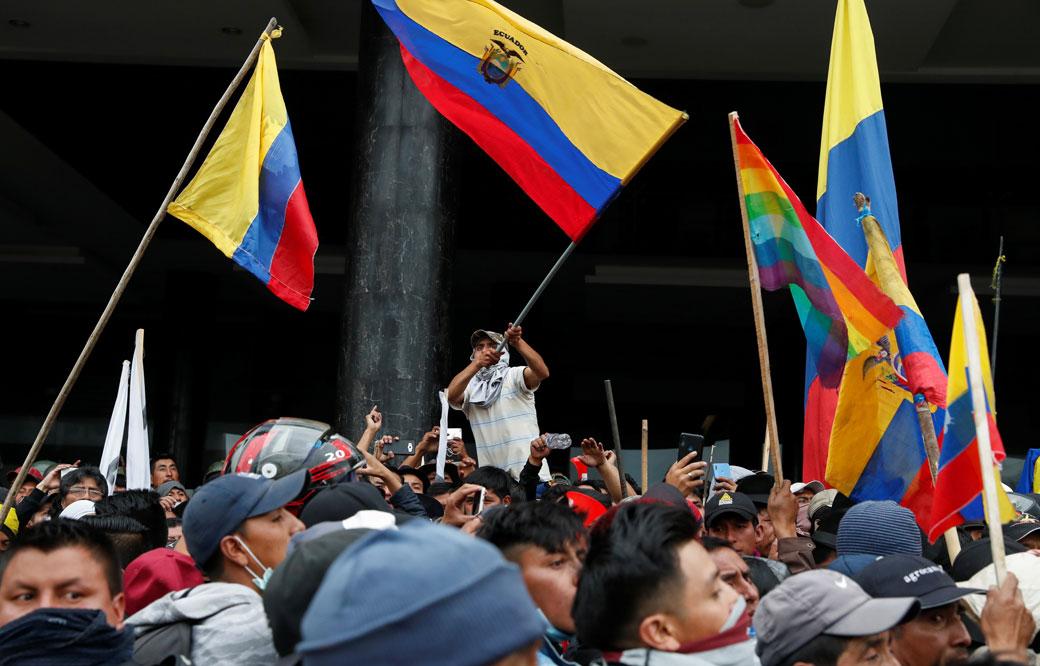 Manifestantes contra los recortes acordados por el presidente de Ecuador, Lenin Moreno, en las calles de la capital, Quito. REUTERS/Carlos Garcia Rawlins