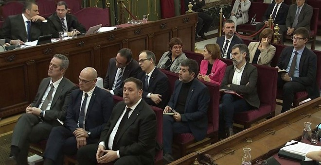 Los doce encausados durante el juicio en el Tribunal Supremo contra el procés independentista. A la izquierda, arriba, el secretario general de Vox, Javier Ortega Smith, quien dirigió la acusación popular. | EFE
