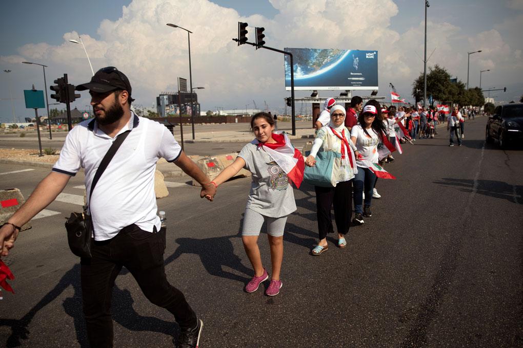 Manifestantes forman una cadena humana en una nueva jornada de protestas contra el Gobierno en Beirut. REUTERS/Alkis Konstantinidis
