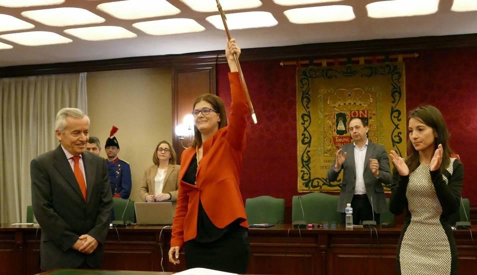 Noelia Posse sostiene el bastón de mando municipal tras ser investida alcaldesa de Móstoles. EFE