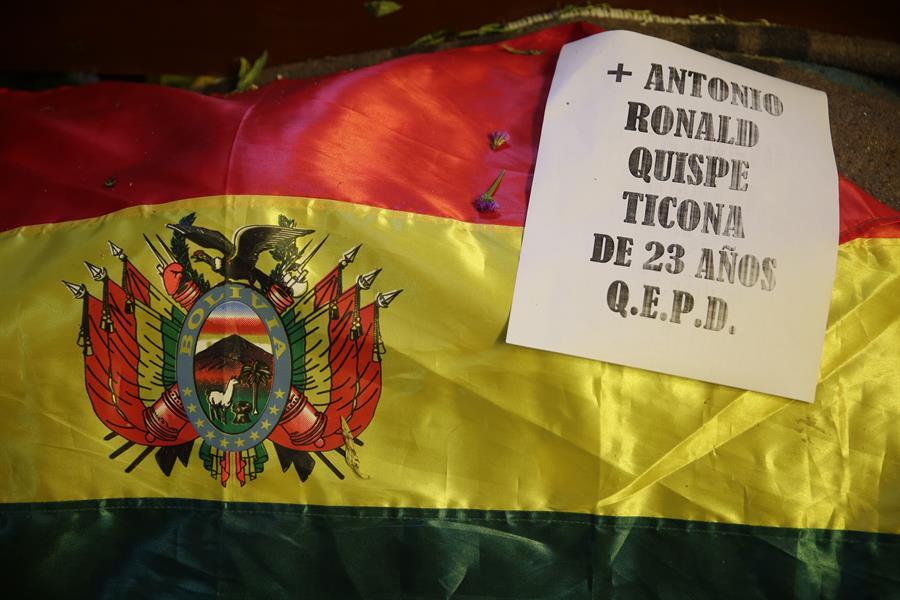 Una bandera de Bolivia en el valatorio de los últmos fallecidos durante los enfrentamientos con militares y policías en la ciudad boliviana de El Alto. EFE/ Rodrigo Sura