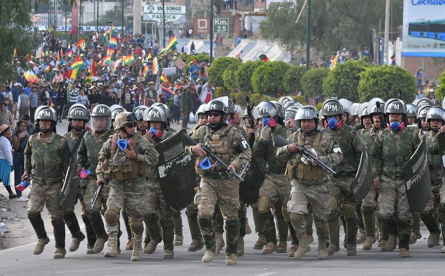 Militares y policía se enfrentan partidarios del ex presidente Evo Morales, en la localidad de Sacaba (Bolivia). EFE/ Jorge Abrego