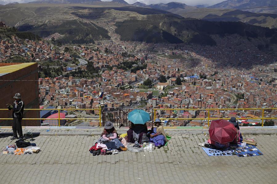 Un grupo de vendedoras ofrece su mercancía desde un mirador en El Alto (Bolivia). EFE/ Rodrigo Sura