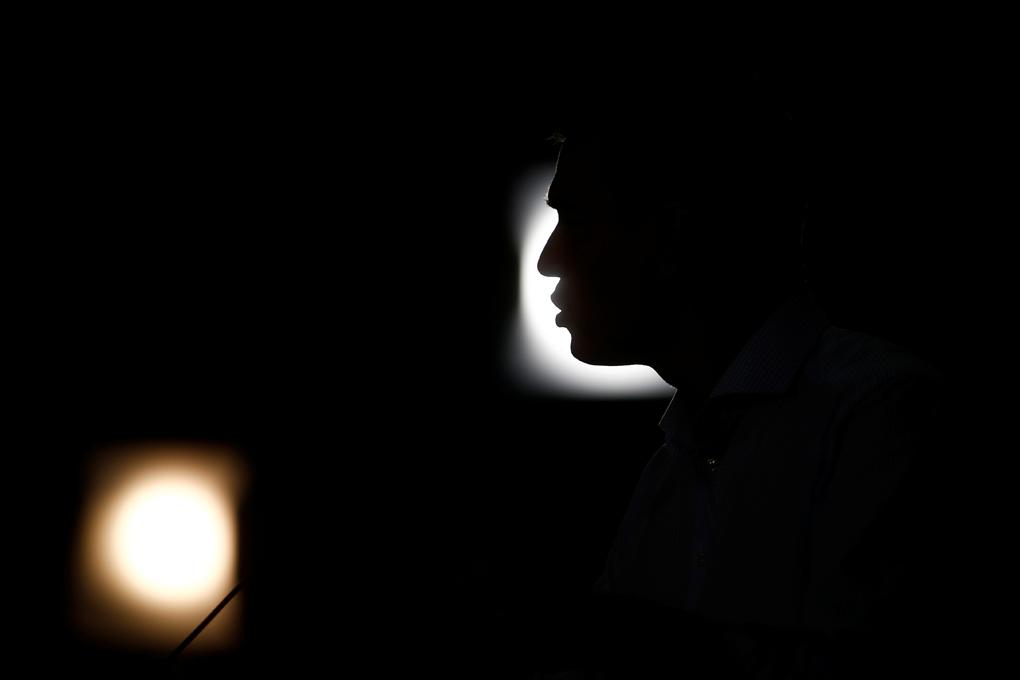 La silueta del líder socialista y presidente del Gobierno en funciones, Pedro Sanchez, en el mitin de arranque de la campaña electoral para el 10-N, en Sevilla. REUTERS/Javier Barbancho