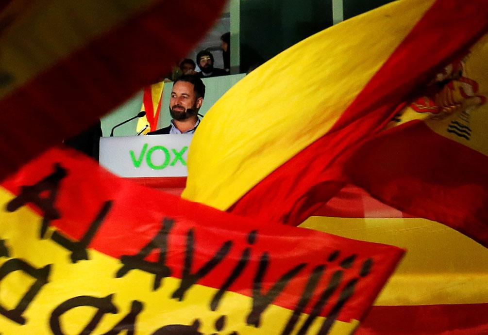 El presidente de Vox, Santiago Abascal, se dirige a sus simpatizantes en el exterior de la sede del partido en Madrid durante el seguimiento de la noche electoral del 10-N. REUTERS/Susana Vera