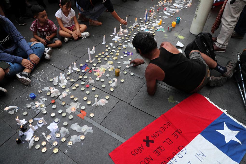 Velas en la calle colocadas por los manifestantes en Santiago de Chile. REUTERS/Ivan Alvarado