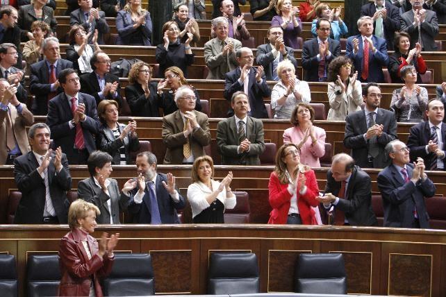 Foto de archivo del 31 de octubre de 2007, de los diputados socialistas en el Congreso que aplauden tras ser aprobada la Ley de Memoria Histórica, para su pase al Senado. EFE