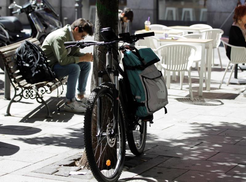 """Una bicicleta de reparto en Madrid. EFE UGT denuncia a Glovo ante la Fiscalía por varios delitos contra los trabajadores Un repartidor en bicicleta por las calles de Madrid. EFE """"Busco cuenta de repartidor para alquilar"""": el mercado negro de los """"riders"""" Una repartidora en bicicleta en Madrid. EFE"""