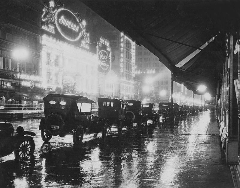 Fotografía nocturna de una calle de Los Ángeles (1920).