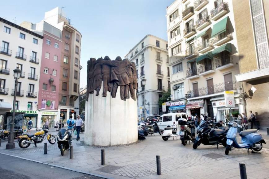 Vista del monumento en memoria de los abogados de Atocha, asesinados por un comando ultraderechista en 1977, situado en la madrileña plaza de Antón Martín. EFE