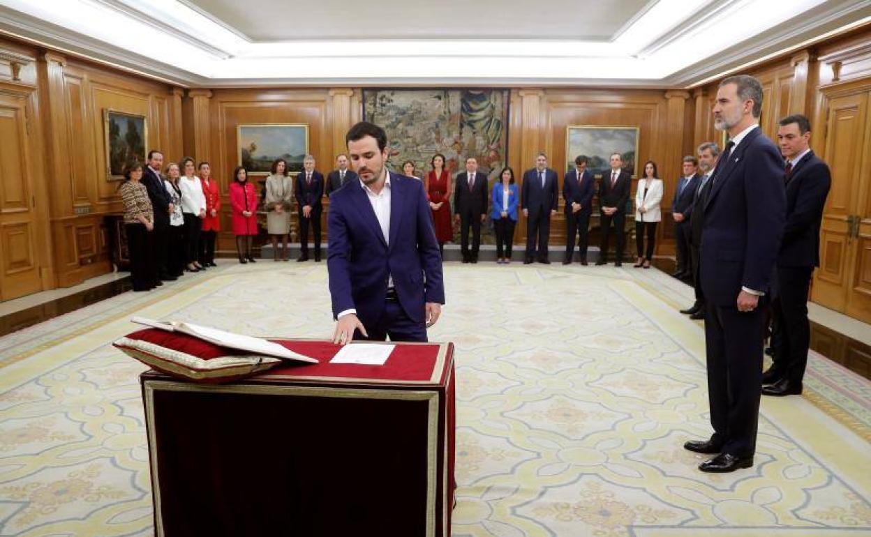 Alberto Garzón, en elacto de promesa de su cargo en presencia del rey Felipe VI en el Palacio de la Zarzuela. EFE