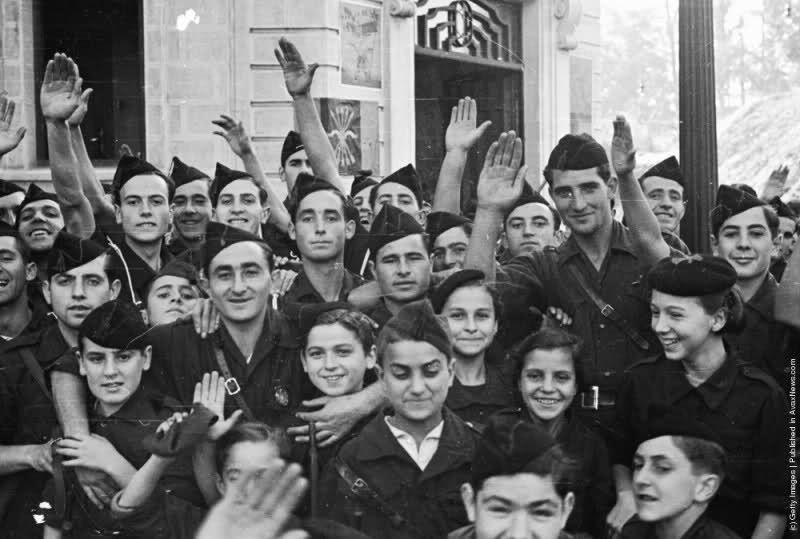 Chicas y chicos jóvenes con uniformes del bando franquista en Irún, en 1936.