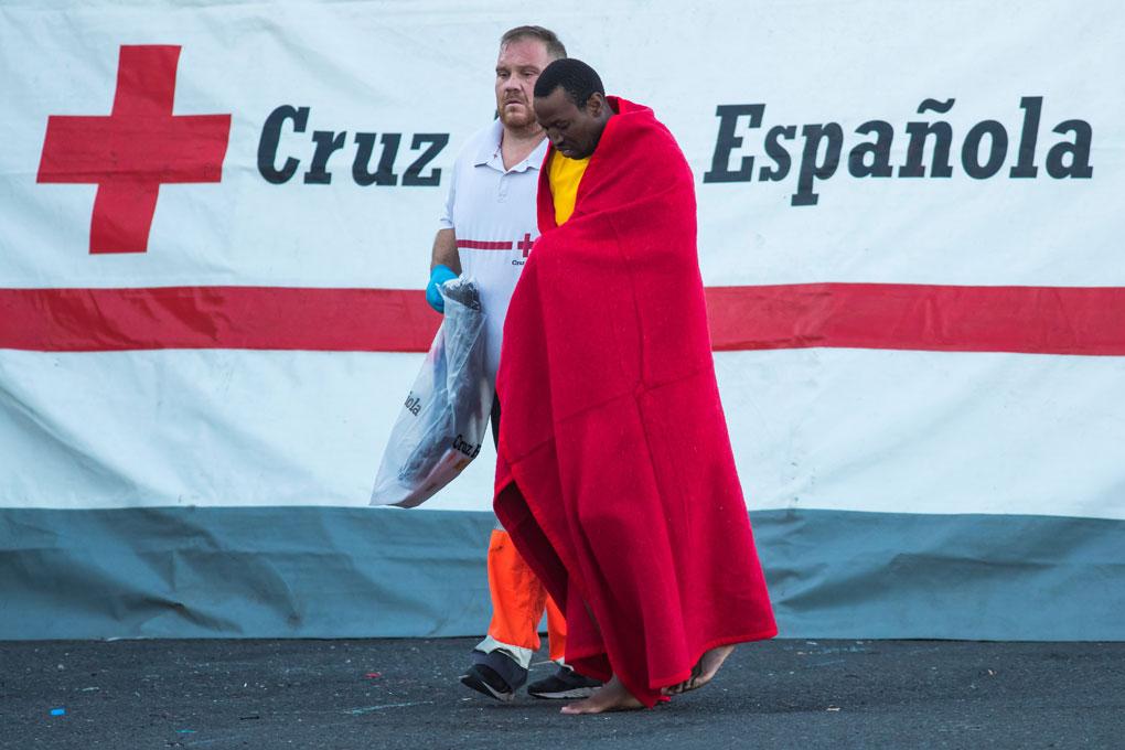 Un migrante rescatado en el Océano Atlántico, tras en el puerto de Arguineguín, en la isla de Gran Canaria, tras ser rescatado. REUTERS / Borja Suarez