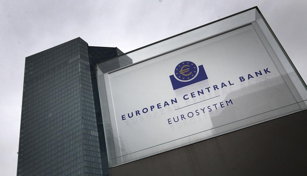 El logo del BCE, a la entrada del rascacielos donde tiene su sede en Fráncfort. AFP/Daniel Roland