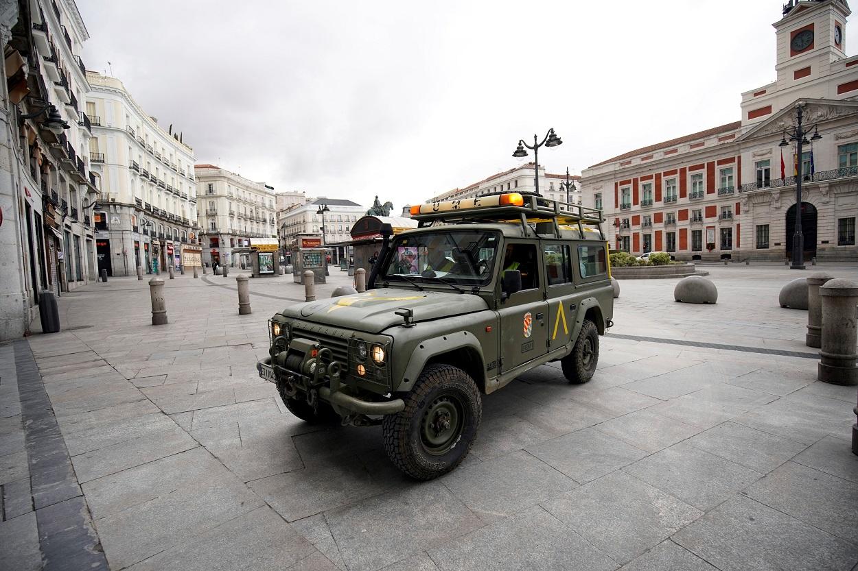 Un vehículo de la Unidad Militar de Emergencia, en la Puerta del Sol de Madrid, durante el estado de alarma. REUTERS/Juan Medina