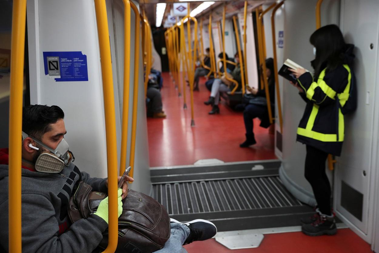 Personas con mascarilla en un vagón del metro de Madrid. REUTERS/Susana Vera