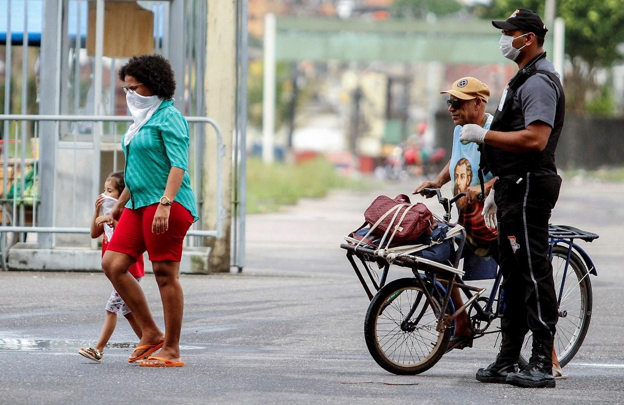 Personas sin hogar llegan al estadio de fútbol Mangueirão como refugio parte de las medidas de prevención contra la propagación del coronavirus, en la ciudad de Belém do Pará, en la Amazonía (Brasil). EFE/RAIMUNDO PACCÓ