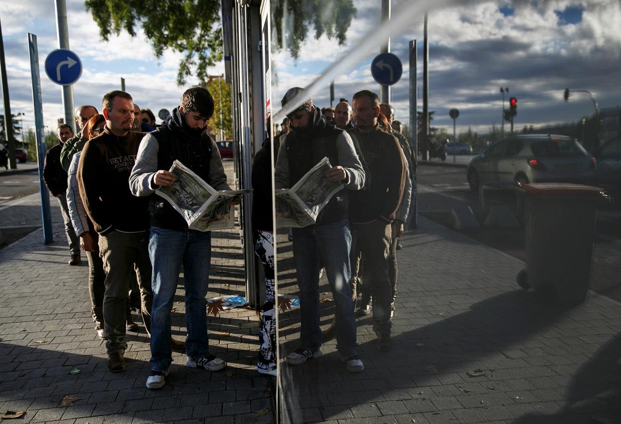 Varias personas hacen cola en una oficina del Servicio Público de Empleo de la Comunidad de Madrid. REUTERS/Andrea Comas