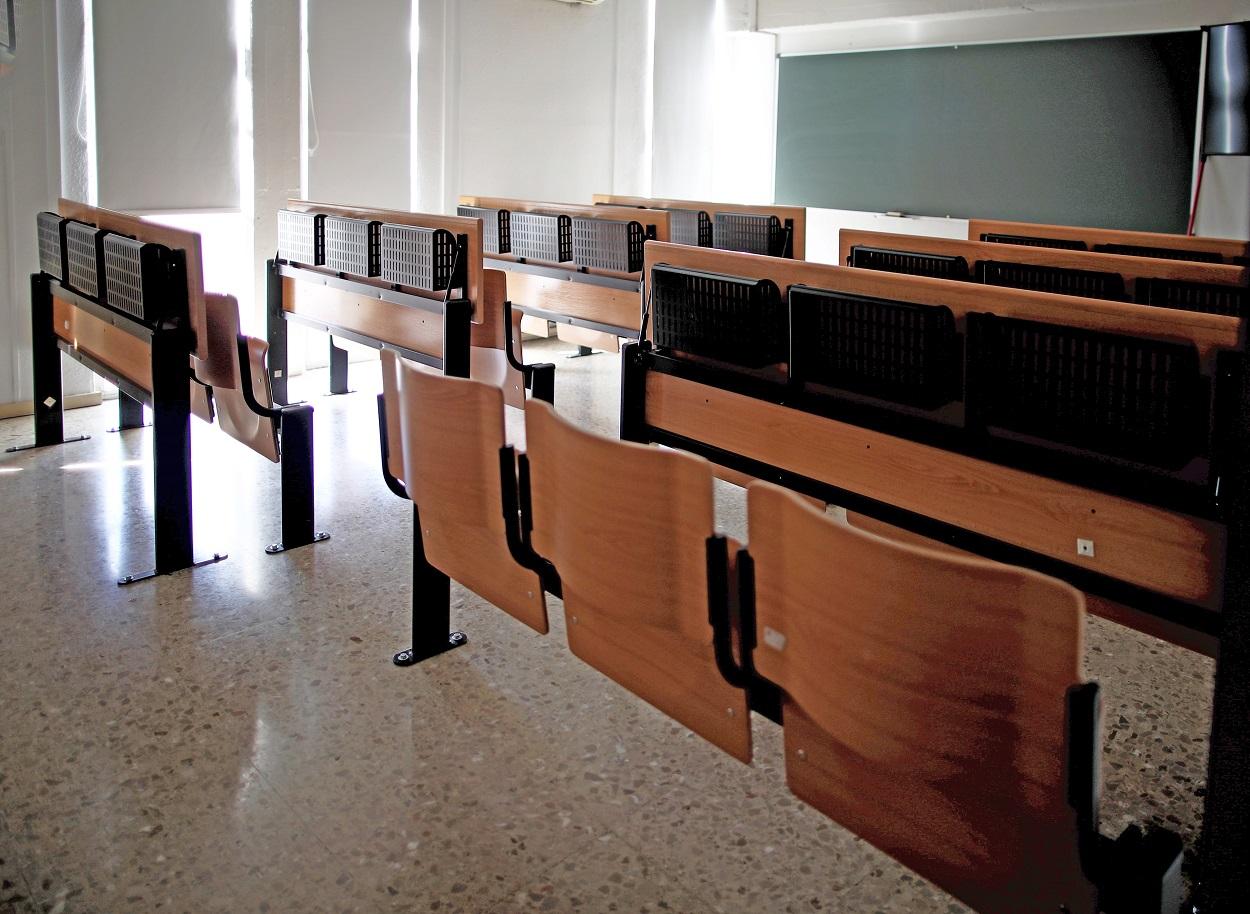 Una de las aulas vacías de la facultad de Estadística de la Universidad Complutense de Madrid. E.P./Eduardo Parra