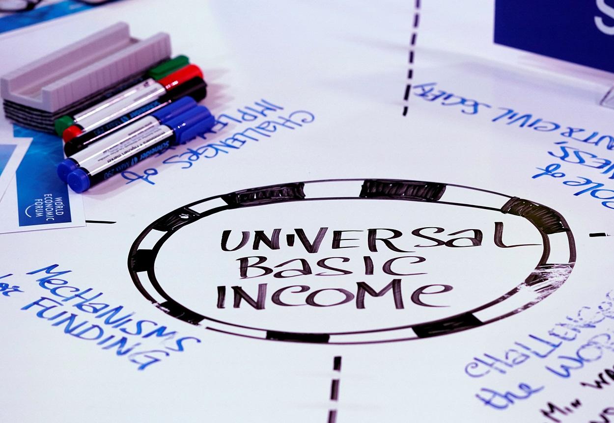 enta básica universal ('Universal Basic Income', o UBI), escrito en una mesa en el Foro de Davos de 2018. REUTERS/Denis Balibouse