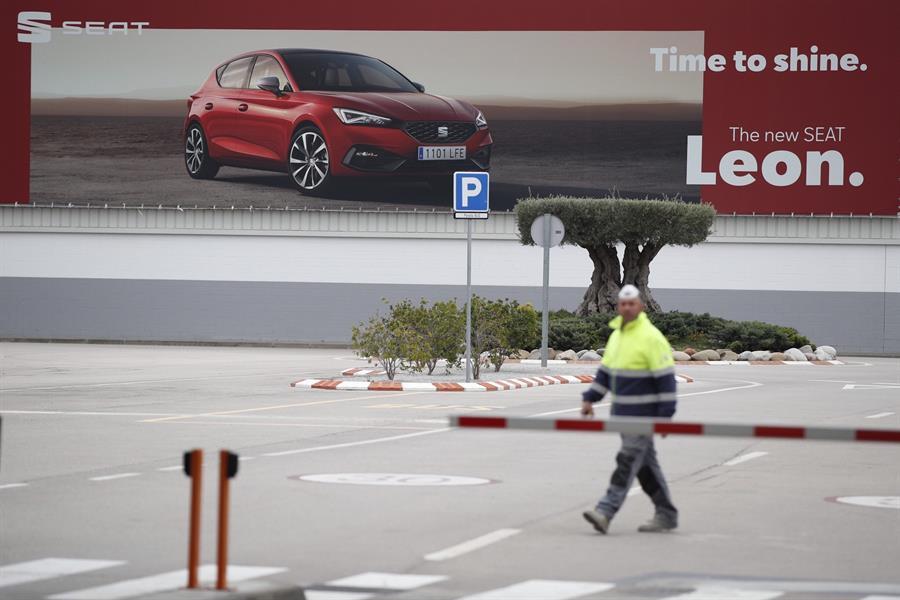 Un trabajador de la planta de SEAT, una de las empresas ha paralizado su producción debido al coronavirus. EFE/Alejandro García.