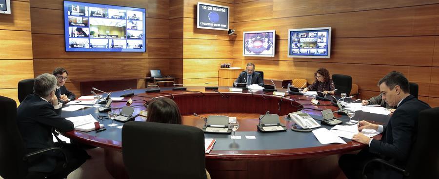El presidente del Gobierno, Pedro Sánchez (c) preside la reunión del Consejo de Ministros en el palacio de la Moncloa este martes donde se deciden las nuevas las medidas adoptadas contra el coronavirus. EFE/Moncloa/José María Cuadrado Jiménez/Pool