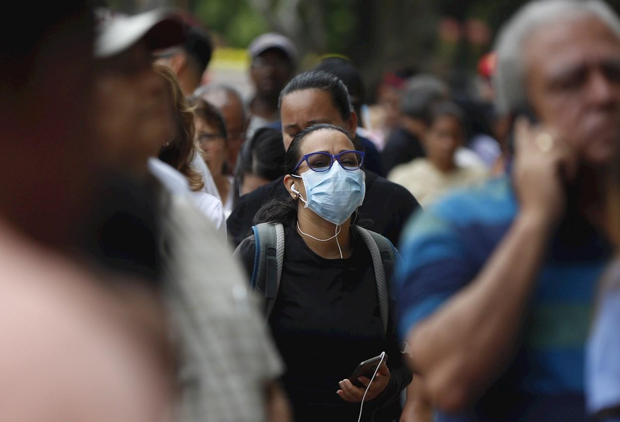 Una mujer con mascarilla en una calle del centro de Cali (Colombia). EFE/ Ernesto Guzmán Jr.