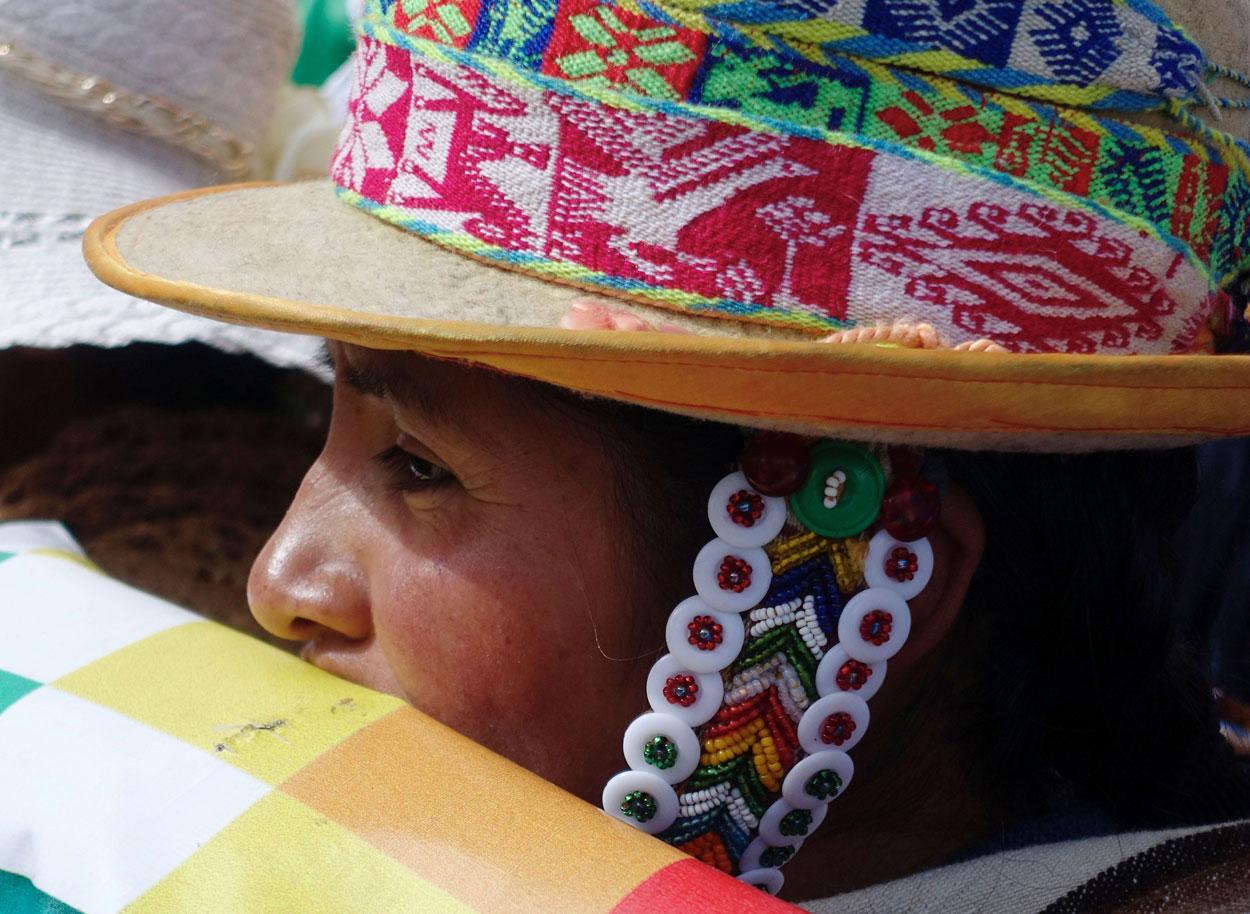 Una seguidor del Movimiento al Socialismo (MAS), en un  un mitin de campaña para las próximas elecciones presidenciales el 3 de mayo, en El Alto, en las afueras de La Paz. REUTERS / David Mercado