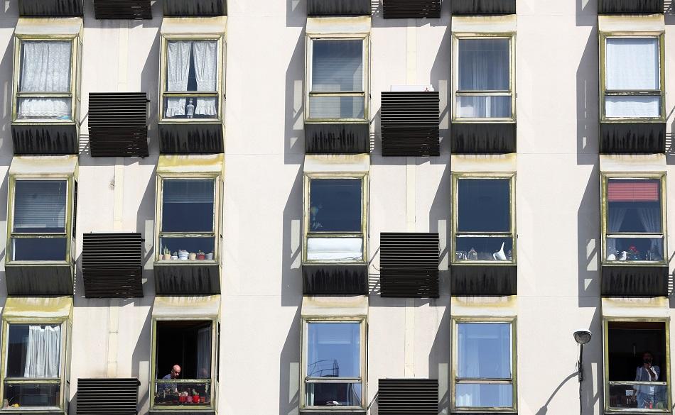 La gente permanece en sus viviendas durante el estado de alarma por el coronavirus decretado por el Gobierno. REUTERS/Sergio Perez