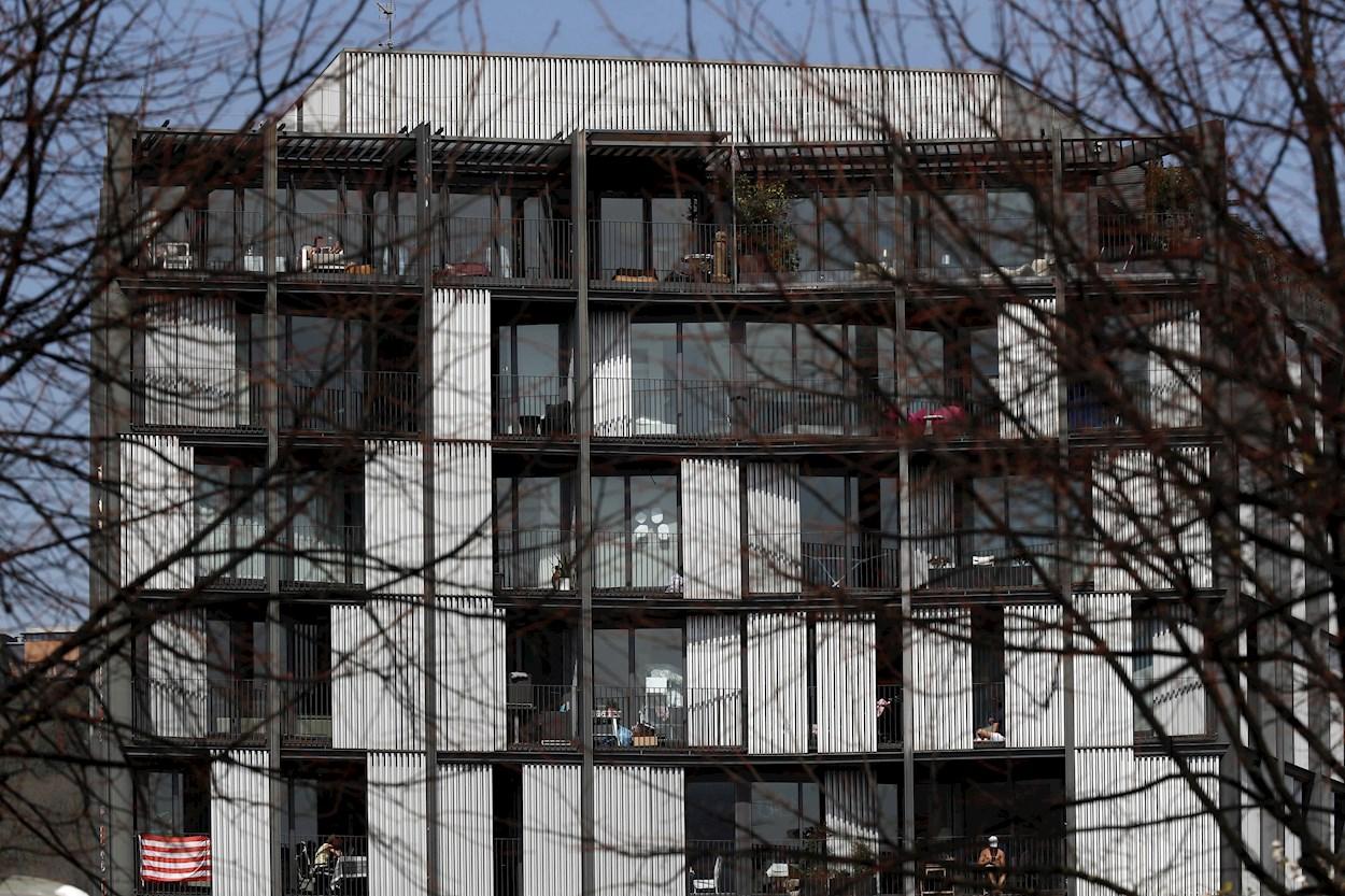 Vecinos de un edificio de viviendas en Bilbao aprovechan el buen tiempo durante el confinamiento. EFE/Luis Tejido.