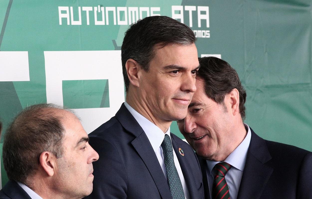 El presidente del Gobierno, Pedro Sánchez, con el presidente de CEOE, Antonio Garamendi, y el presidente de la Asociación de Trabajadores Autónomos (ATA), Lorenzo Amor. E.P.