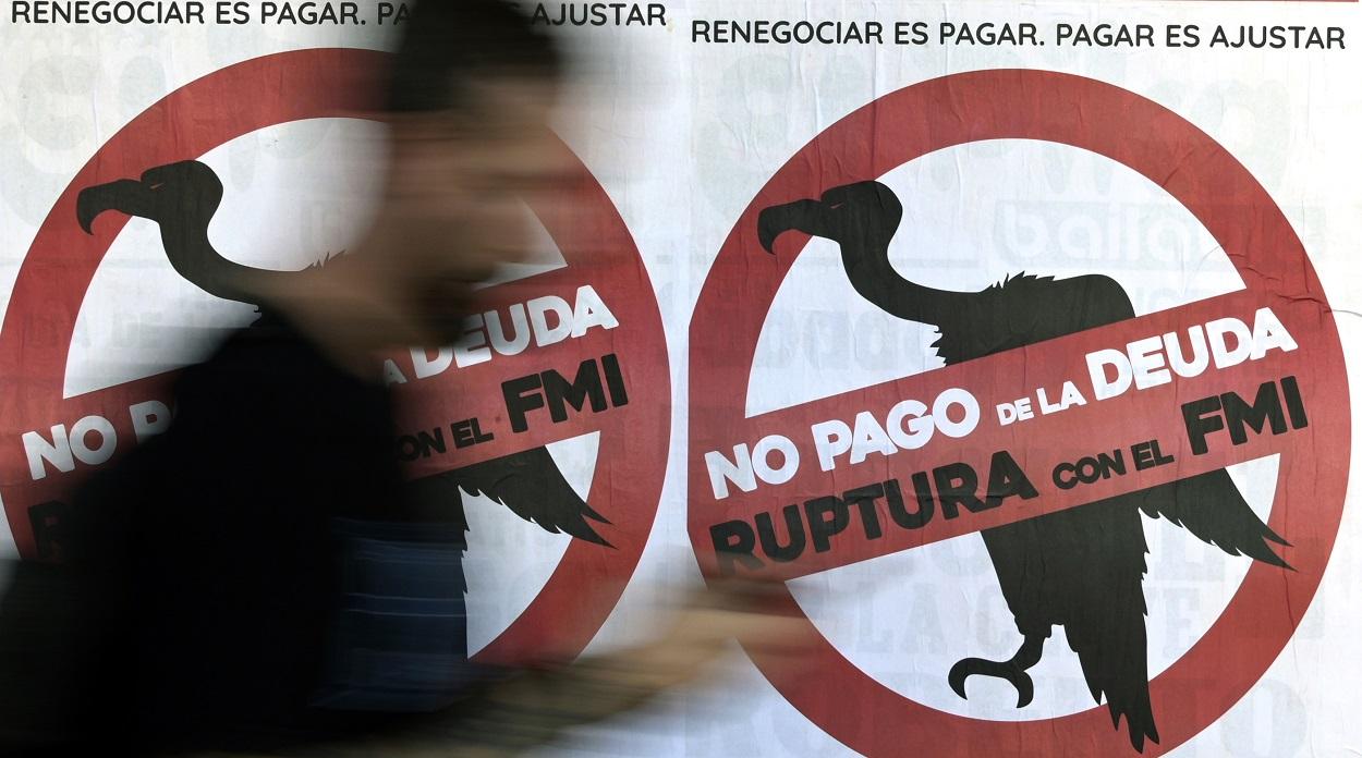 Carteles contra el FMI en las calles de Buenos Aires. AFP/JUAN MABROMATA