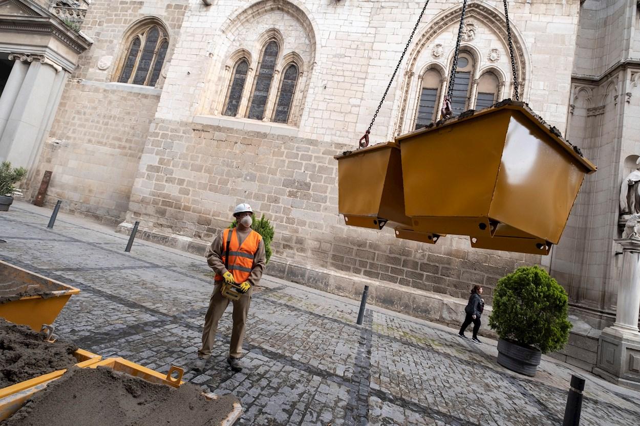 Un trabajador junto a la catedral de Toledo tras la reanudación de las actividades no esenciales. EFE/Ángeles Visdómine