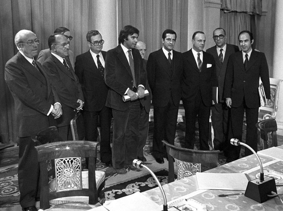 Los firmantes de los pactos de la Moncloa posan en el salón de columnas tras rubricar el acuerdo económico. EFE