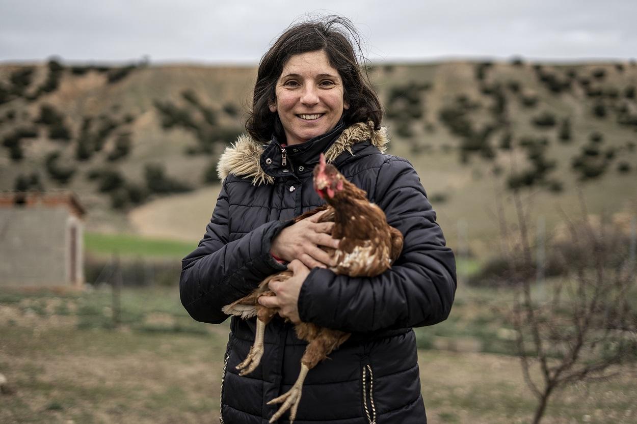 Pilar, una ganadera agroecológica, con una de sus gallina. FOTO: Olmo Calvo