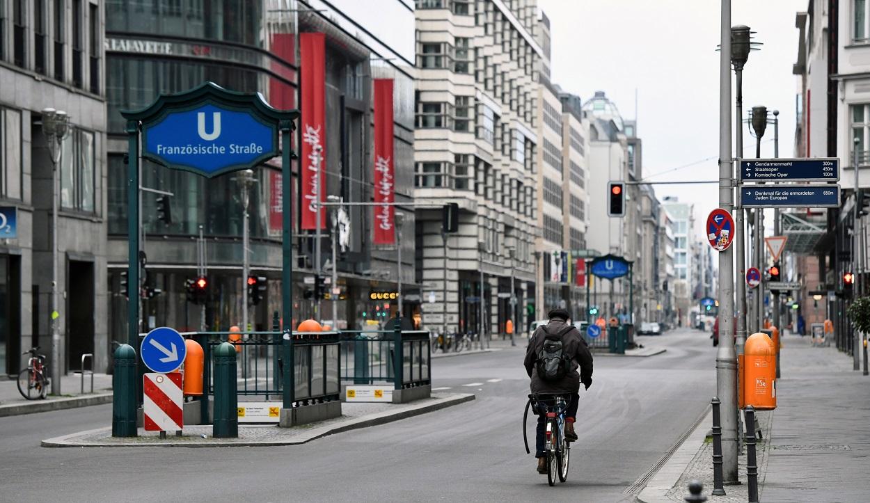 Un hombre marcha en bicicleta por una desértica Friedrichstrasse, una de las principales arterias comerciales de Berlín, durante la pandemia del coronavinur. REUTERS/Annegret Hilse