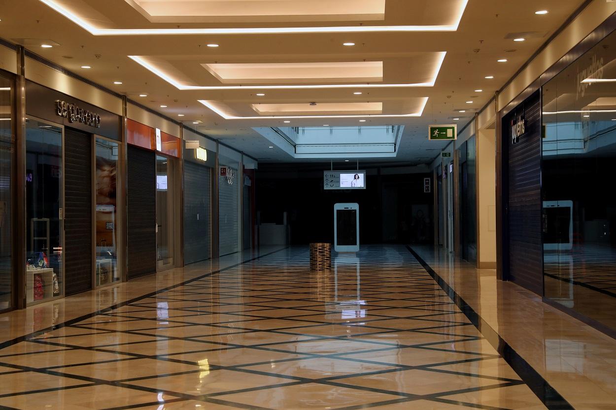 Tiendas cerradas en un centro comercial, durante el estado de alarma por la pandemia del coronavirus. REUTERS/Susana Vera