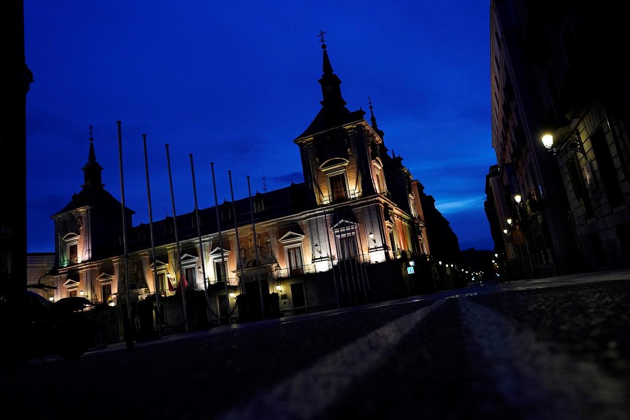 La Casa de la Villa y la calle Mayor de Madrid, desértica por el estado de alarma por la pandemia del coronavirus. REUTERS/Juan Medina