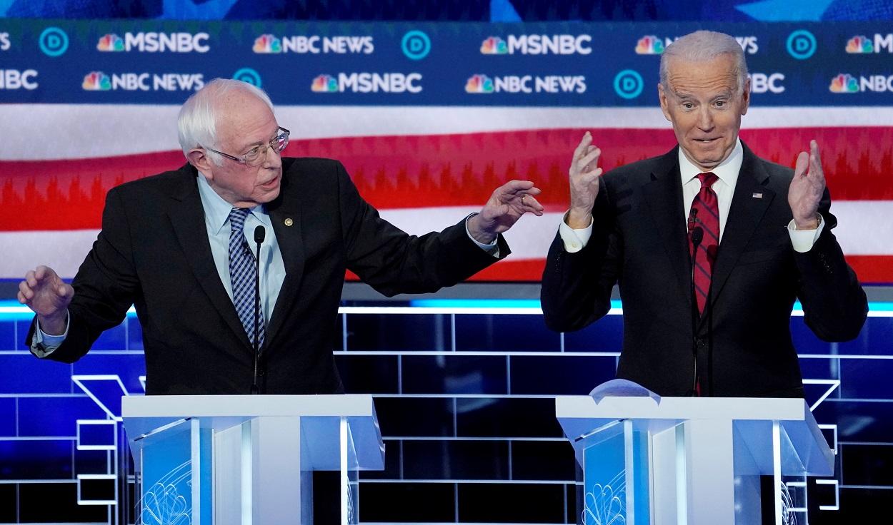 El senador demócrata Bernie Sanders y el exvicepresidente Joe Biden en el debate que mantuvieron en Las Vegas (Nevada, EEUU), en febrero de 2020. REUTERS/Mike Blake