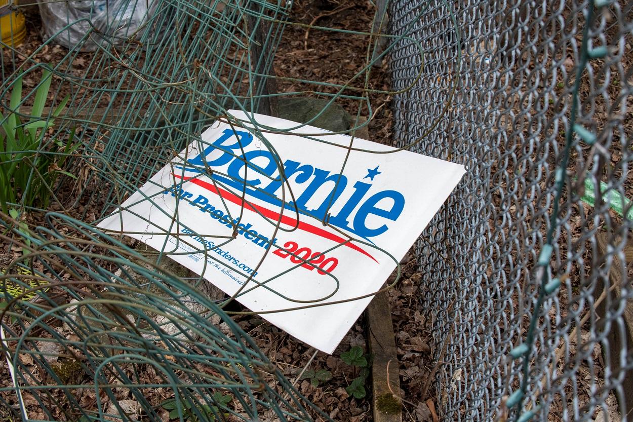 Un cartel de la campaña por la nominación del senador demócrata Bernie Sanders yace en el patio de una casa después de anunciar su retirada en la carrera por la Casa Blanca, en Burlington (Vermont, EEUU). REUTERS / Caleb Kenna