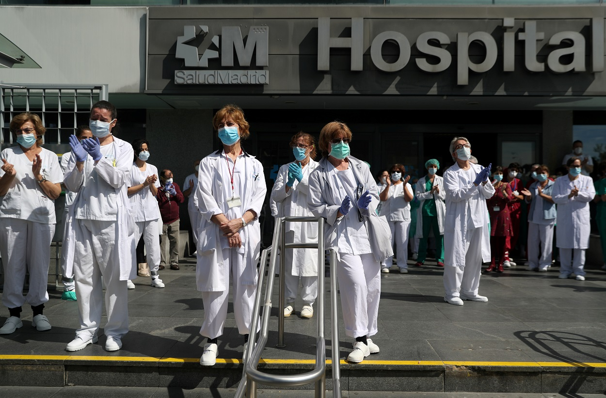 sus compañeros fallecidos por coronavirus. REUTERS/Susana Vera