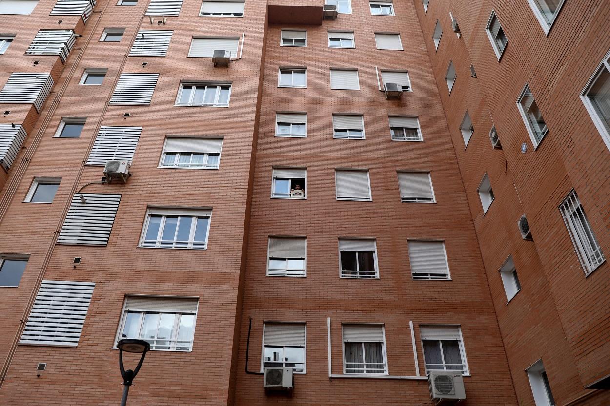 Edificio de viviendas en Madrid durante el confinamiento en el estado de alarma por la pandemia del covid-19. REUTERS/Sergio Perez